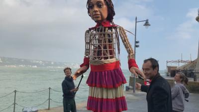 """Джъд Лоу посрещна """"Малката Амал"""" във Великобритания"""