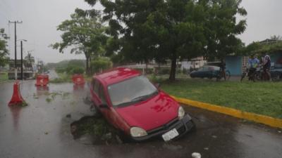 Ураганът Рик: Стихията достигна бреговете на Мексико