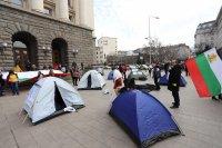 Медицинските специалисти отново разпънаха палатки пред Министерския съвет