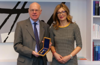 """Захариева награди със Златна лаврова клонка председателя на фондация """"Конрад Аденауер"""""""