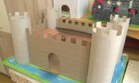 Ученици изучават историята като строят замъци