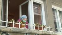 Доброволци купуват храна и лекарства за възрастни хора във Варна