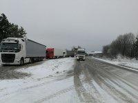 Аварирали тирове заради снега блокираха временно изходите на Русе