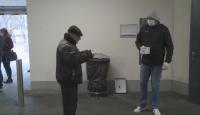 Доброволци раздават маски на възрастни хора във Варна