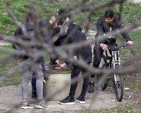 Група младежи се събира в столична градинка въпреки забраните(СНИМКИ)