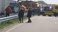Десетки ТИР-ове се удариха във верижна катастрофа край Харманли