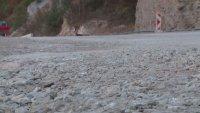 Паднала скална маса затруднява движението по пътя Кричим – Девин