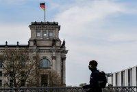 Германия отваря някои магазини, Полша въвежда задължителни маски
