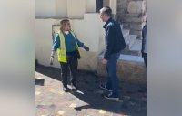 60 секунди без COVID-19: Чистачката, която върна намерени 19 000 евро, стана хит в Гърция