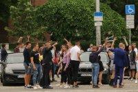 снимка 9 Въпреки мерките: Абитуриенти празнуват в центъра на София (СНИМКИ)
