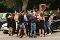 снимка 3 Въпреки мерките: Абитуриенти празнуват в центъра на София (СНИМКИ)