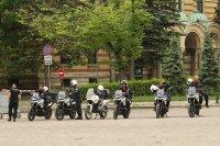 снимка 13 Въпреки мерките: Абитуриенти празнуват в центъра на София (СНИМКИ)