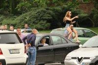 снимка 7 Въпреки мерките: Абитуриенти празнуват в центъра на София (СНИМКИ)