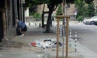 Вандали разхвърляха боклуци пред вратите на храм в София