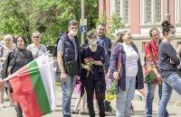 снимка 4 Дистанцирани, но с цвете в ръка. Стотици хора на паметника на Солунските братя