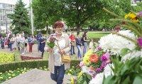 снимка 6 Дистанцирани, но с цвете в ръка. Стотици хора на паметника на Солунските братя