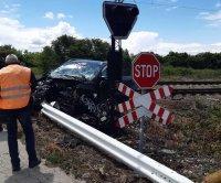 Влакът Варна-София дерайлира след удар с лек автомобил