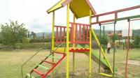 Футболист от Симитли обнови съоръженията на детска площадка в града