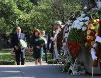 снимка 5 Без тържества и шествия – президентът се поклони пред Солунските братя