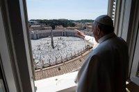 Папата подновява молитвите си от прозореца