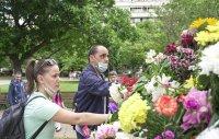 снимка 10 Дистанцирани, но с цвете в ръка. Стотици хора на паметника на Солунските братя