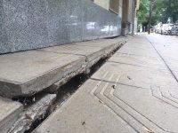 снимка 4 Столичен блок пропада в тротоар от години, тепърва търсят каква е причината