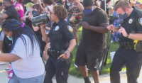 10-и ден протести срещу расизма в САЩ. Полицаи и граждани танцуваха заедно в Небраска