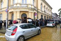 Десетки на опашка пред БАН, за да се простят с акад. Стефан Воденичаров
