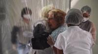 Прегърдки за първи път от месеци в дома за възрастни хора в Сао Паоло