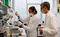 EК иска облекчаване на изпитването на лекарства с ГМО за COVID-19