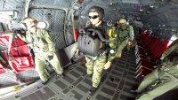 снимка 5 Морският спецотряд със зрелищни парашутни скокове