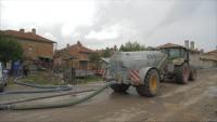 Отводняват къщи и дворове след пороя в Хитрино