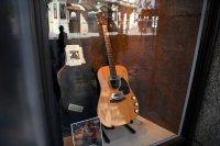 Продават на търг легендарната китара на Кърт Кобейн
