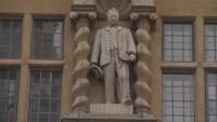 Колеж в Оксфорд подкрепи премахването на спорна статуя