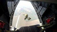 снимка 4 Морският спецотряд със зрелищни парашутни скокове