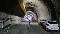 """снимка 4 Няма опасност за живота на работниците, затрупани в тунел """"Железница"""""""