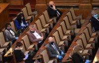 ГЕРБ и БСП в схватка: Медиите ли са виновни, че депутати не носят маски?