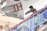 снимка 3 Българи под карантина в Мондрагоне - в сблъсъци с местни жители и полиция (Снимки)