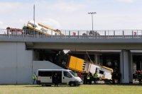 снимка 3 Автобус падна от мост във Варшава. Има загинал и пострадали (Снимки)