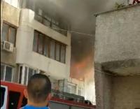 Пожар избухна в жилищен блок във Варна (ВИДЕО)