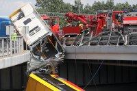снимка 2 Автобус падна от мост във Варшава. Има загинал и пострадали (Снимки)