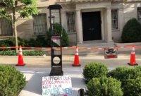 Гилотина чака Джеф Безос пред дома му във Вашингтон