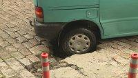 снимка 2 Лек автомобил пропадна в голяма дупка във Варна