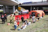 снимка 6 Автобус падна от мост във Варшава. Има загинал и пострадали (Снимки)