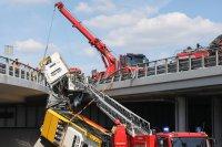 снимка 4 Автобус падна от мост във Варшава. Има загинал и пострадали (Снимки)