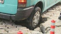 Лек автомобил пропадна в голяма дупка във Варна