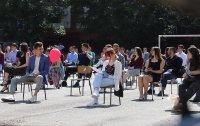 снимка 3 Випуск 2020-а: Усмивки на столчета в двора на Немската