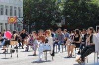 снимка 4 Випуск 2020-а: Усмивки на столчета в двора на Немската