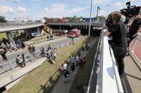 снимка 1 Автобус падна от мост във Варшава. Има загинал и пострадали (Снимки)