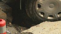 снимка 1 Лек автомобил пропадна в голяма дупка във Варна